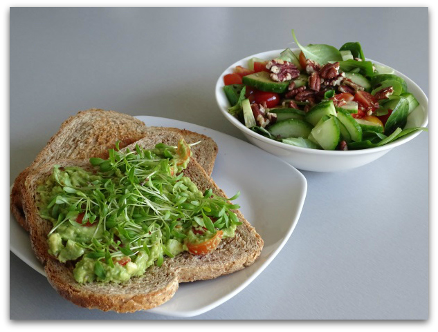 "Avocadospread met snelle salade ""on the side"""
